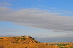 Texas Windmills con el cielo azul y las ondas de oro de hierbas nativas fotografía de archivo libre de regalías