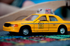 Texi chaufför, leksakbil Arkivbild