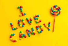 Text` älskar jag godis` på en gul bakgrund fotografering för bildbyråer