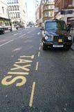 Text åker taxi i vita bokstäver på asfalt av gatan i Liverpool Royaltyfria Foton