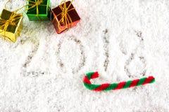 Text 2018 auf dem Schnee mit Weihnachts- und des neuen Jahresdekoration Stockfotografie
