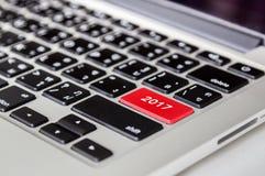 Text 2017 auf Schwarztastatur des roten Knopfes Stockfotos