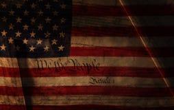 Text av USA-konstitutionen över USA-flaggan royaltyfria foton