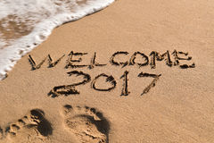 Text a boa vinda 2017 na areia de uma praia Foto de Stock Royalty Free