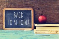 Text de volta à escola escrita em um quadro, transversal processado Foto de Stock Royalty Free
