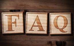 Text der FAQ-3D auf Holz. Stockbilder