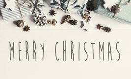 Text der frohen Weihnachten auf moderner Weihnachtsebene legen mit Verzierungen lizenzfreies stockbild