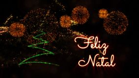 Text der frohen Weihnachten auf portugiesisch 'Feliz Natal' über Kiefer und Feuerwerken stockbild