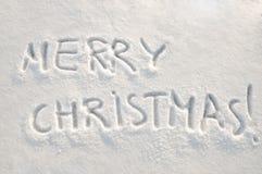 Text der frohen Weihnachten auf Schnee Stockfotos