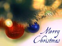 Text der frohen Weihnachten in der blauen Farbe auf Weihnachtsbaumballspielwaren- und -girlandenhintergrund Stockfotografie