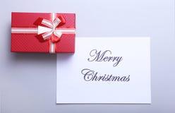 Text der frohen Weihnachten mit Geschenkboxen auf weißem hölzernem Hintergrund, Draufsicht Lizenzfreie Stockfotos