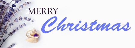 Text der frohen Weihnachten mit Weihnachtsengel und Lavendel, Zusammensetzung auf einem rustikalen weißen Segeltuch, Hintergrund  stockbilder