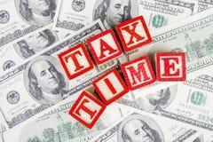 Text der Steuerzeit mit Dollarwährung Stockbild