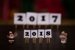 Text des guten Rutsch ins Neue Jahr 2018 auf Papieren mit Wäscheklammern Lizenzfreie Stockbilder