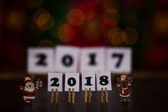 Text des guten Rutsch ins Neue Jahr 2018 auf Papieren mit Wäscheklammern Stockbilder
