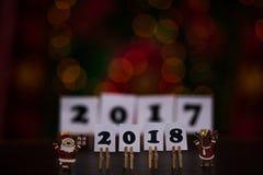 Text des guten Rutsch ins Neue Jahr 2018 auf Papieren mit Wäscheklammern Stockfotos