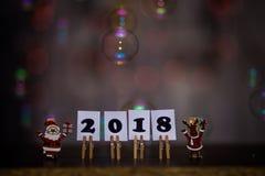 Text des guten Rutsch ins Neue Jahr 2018 auf Papieren mit Wäscheklammern Lizenzfreies Stockfoto
