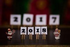 Text des guten Rutsch ins Neue Jahr 2018 auf Papieren mit Wäscheklammern Lizenzfreie Stockfotografie