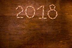 Text des guten Rutsch ins Neue Jahr 2018 auf Papieren mit Wäscheklammern auf hölzernem Hintergrund Lizenzfreies Stockfoto