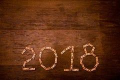 Text des guten Rutsch ins Neue Jahr 2018 auf Papieren mit Wäscheklammern auf hölzernem Hintergrund Stockfotografie