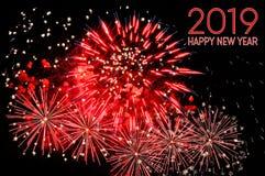 Text des guten Rutsch ins Neue Jahr 2019 der roten Farbe und der Feuerwerke lizenzfreies stockfoto
