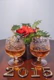 2015 Text des neuen Jahres und zwei Gläser des Kognaks mit Weihnachten spielen die Hauptrolle Lizenzfreies Stockbild