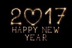 Text des neuen Jahres, Wunderkerze nummeriert auf schwarzem Hintergrund Stockfoto