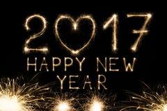 Text des neuen Jahres, Wunderkerze nummeriert auf schwarzem Hintergrund Stockbild
