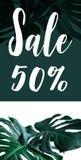 Text des Verkaufs 50% mit wirklichen monstera Blättern stellte auf weißen Hintergrund ein Lizenzfreie Stockbilder