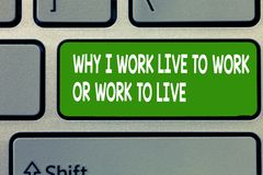 Text a exibição do sinal porque eu trabalho Live To Work Or Work para viver Foto conceptual que identifica as prioridades na vida fotografia de stock