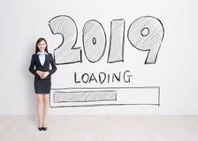 text för affärskvinna 2019 på vit väggbakgrund royaltyfria foton