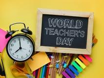 Text för dag för världslärare` s Ringklocka, svart tavla och skola Sta arkivfoto
