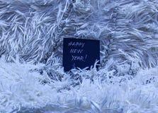 Text för det lyckliga nya året på svart kort med silver pryder med pärlor på vit influensa Royaltyfria Foton
