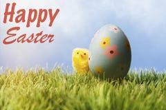 Text för engelskaeaster hälsning; Blå easter ägg och höna Arkivfoto