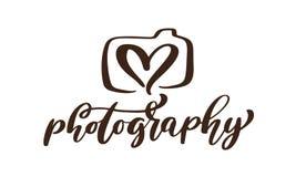 Text för fotografi för inskrift för mall för vektor för symbol för kamerafotografilogo som calligraphic isoleras på vit bakgrund Arkivfoton