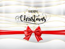Text för glad jul med det röda bandet och guld- stjärnor på vit och guld- textur vektor Arkivfoto