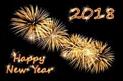 Text för lyckligt nytt år 2018 av guld- färg och guld- fyrverkerier arkivfoton
