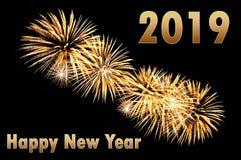 Text för lyckligt nytt år 2019 av guld- färg och guld- fyrverkerier arkivfoton