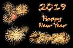 Text för lyckligt nytt år 2019 av pråliga bokstäver och guld- fyrverkerier royaltyfria bilder