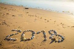 Text för nytt år 2018 på sand Fotografering för Bildbyråer