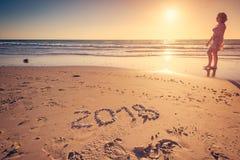 Text för nytt år 2018 på sand arkivfoton
