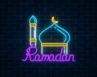 Text för Ramadankareemhälsning med den moskékupolen och minaret royaltyfri illustrationer
