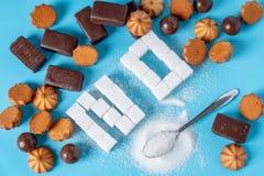 Text fodras inte med sockerkuber och sötsaker Skada till hälsan av sötsaken och kasseringen av rörsocker royaltyfri bild