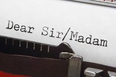 Text för bokstavshandstilintro på den retro skrivmaskinen Arkivbilder