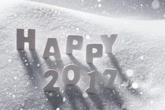 Text glückliches 2017 mit weißen Buchstaben im Schnee, Schneeflocken Stockfoto