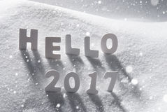 Text hallo 2017 mit weißen Buchstaben im Schnee, Schneeflocken Lizenzfreies Stockfoto