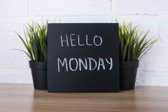 Text hallo Montag auf Tafel Stockfotos