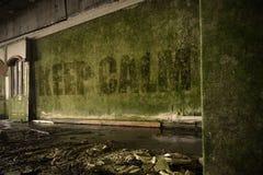 Text halten Ruhe auf der schmutzigen Wand in einem verlassenen ruinierten Haus Stockfotos