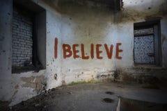 Text I glauben auf der schmutzigen alten Wand in einem verlassenen Haus Stockfoto