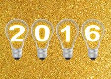 Text 2016 i lightbulb på guld blänker bakgrund Royaltyfri Foto